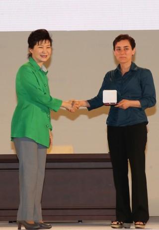 마리암 미르자카니 교수가 박근혜 대통령으로부터 필즈상을 수여 받고 있다. - 세계수학자대회조직위원회 제공